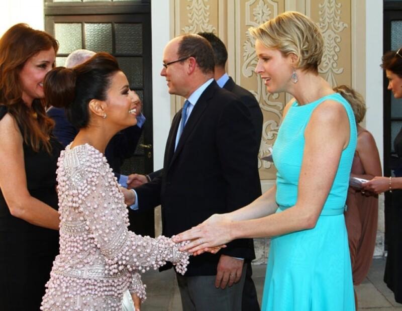 La actriz estadounidense acudió a la entrega de premios del Festival de Televisión de Monte Carlo, en donde conoció a los príncipes Alberto y Charlene.