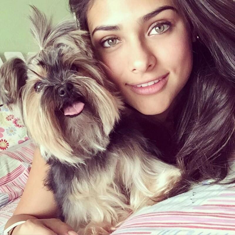 Renata Notni y sus vivencias en Instagram. Aquí con su perrita Nina.