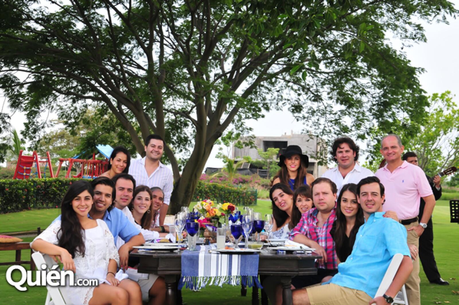 El grupo disfrutando de una deliciosa comida en el campo de golf