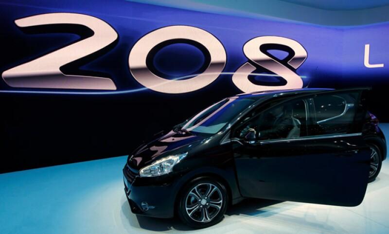 La empresa informó a los sindicatos de trabajadores sobre su planes para reducir la producción del pequeño auto Peugeot 208 en Poissy, al oeste de Paris. (Foto: Reuters)