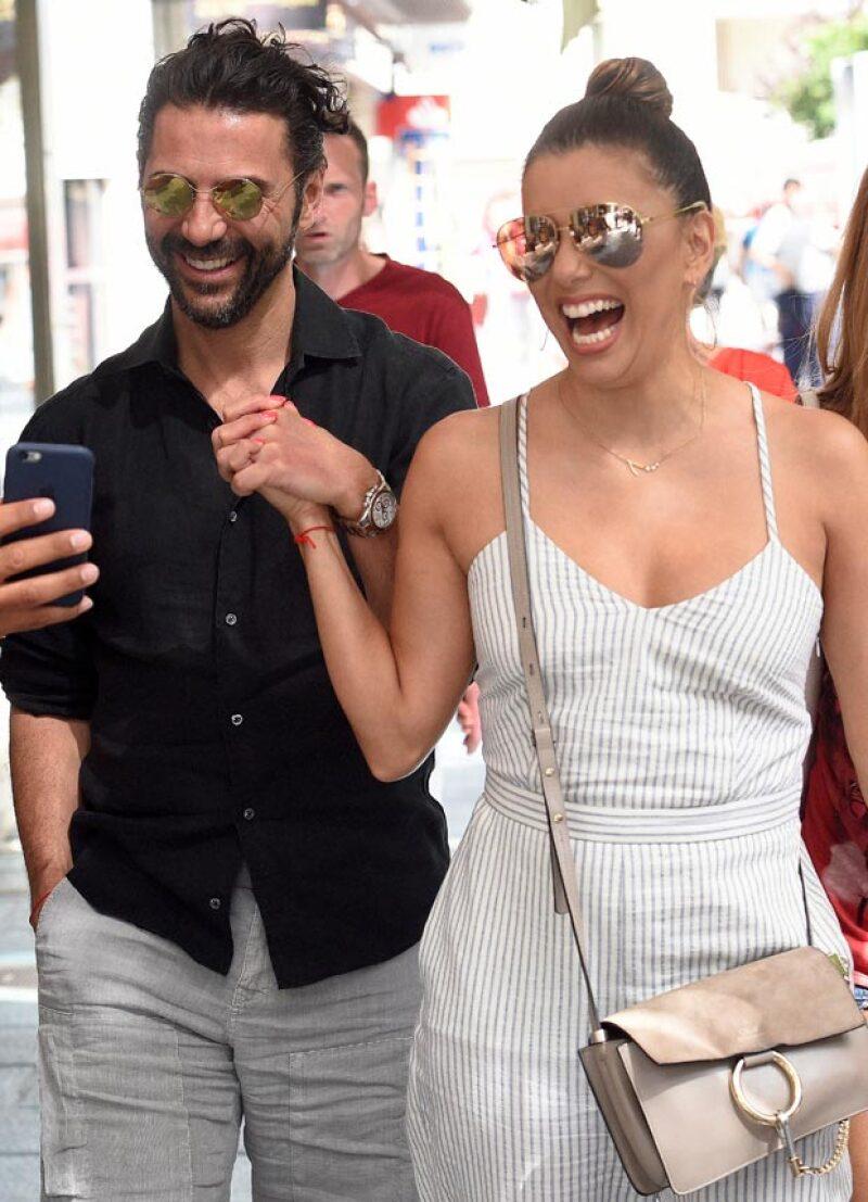 Durante un paseo por las calles de Marbella, la pareja de recién casados fue captada muy feliz y sonriente, al grado que parecía que se encontraban en una luna de miel extendida.