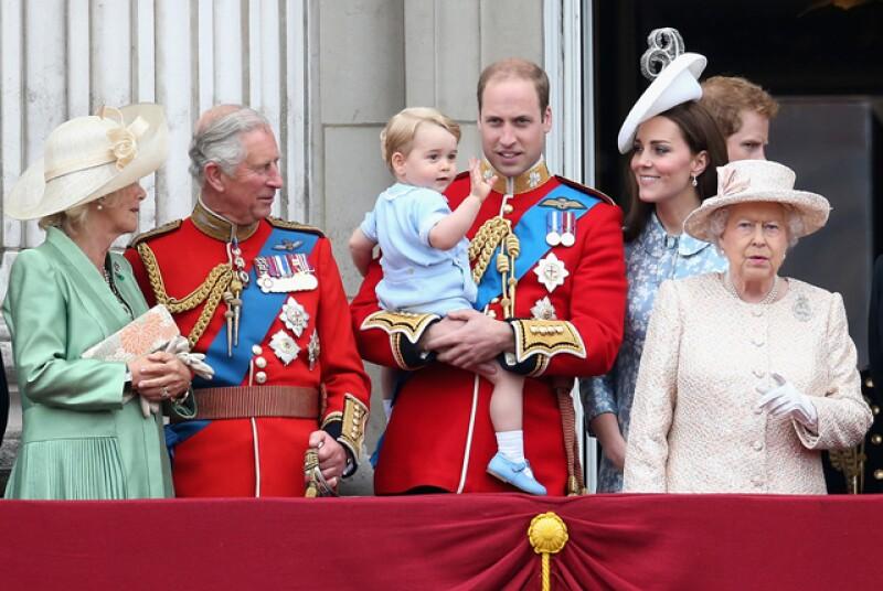 Aquí el pequeño George saludando desde el balcón del Palacio de Buckingham junto a toda la familia Real.