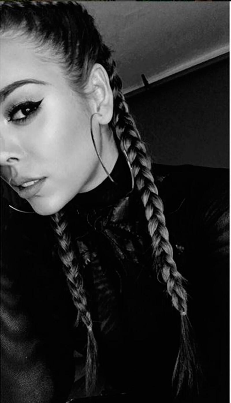 La actriz lució boxer braids, así como un maquillaje y accesorios que de inmediato nos remitieron al estilo de las famosas hermanas.