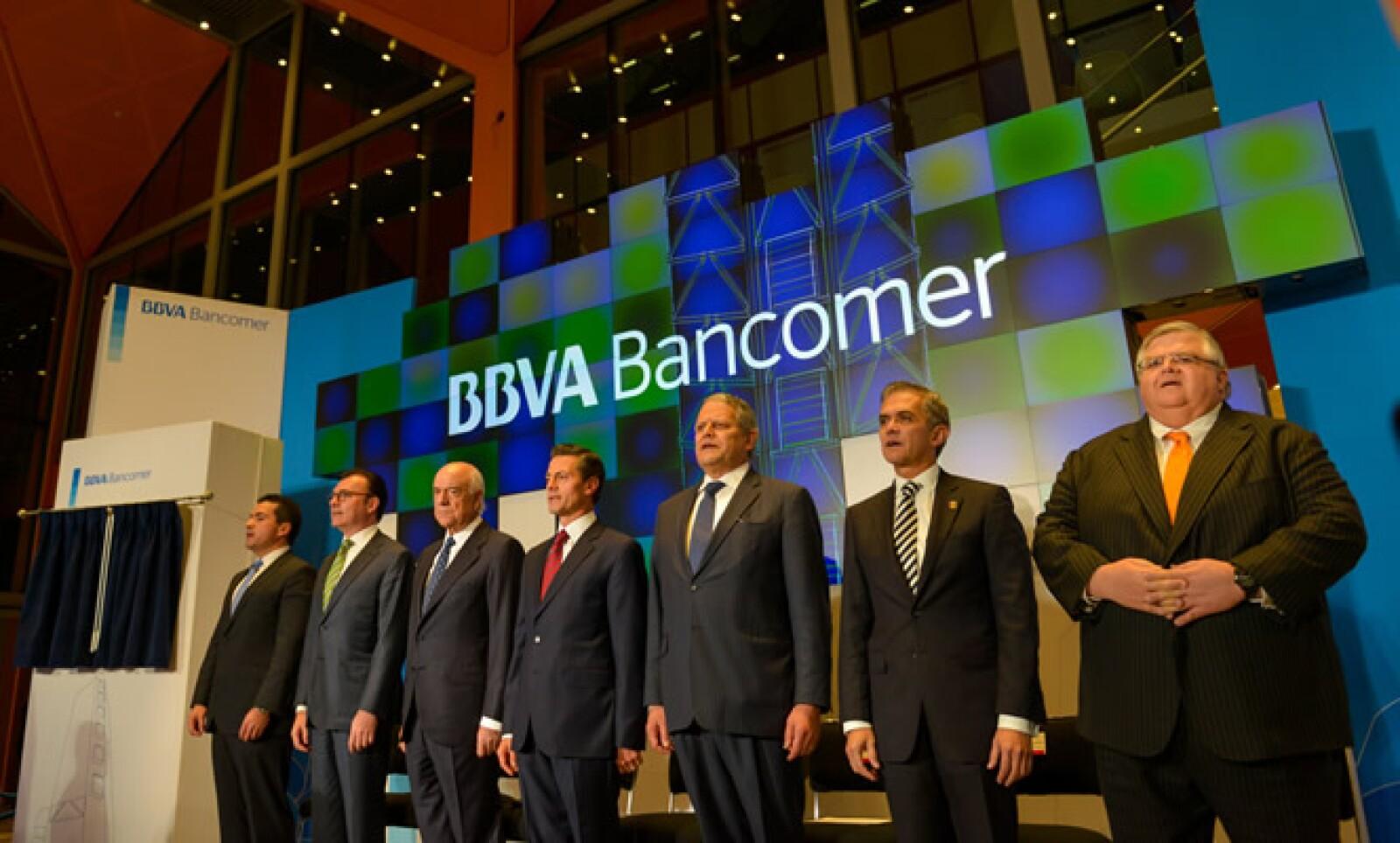 Al acto también asistieron el secretario de Hacienda y Crédito Público, Luis Videgaray, el gobernador del Banco de México, Agustín Carstens y el jefe de Gobierno de la Ciudad de México, Miguel Ángel Mancera.