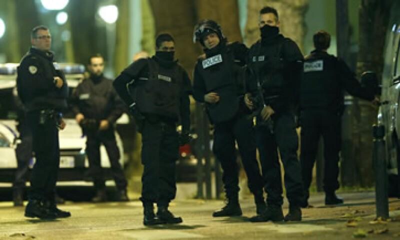 Elementos de la policía de Francia durante la redada para dar con uno de los sospechosos del ataque mortal en París llevado a cabo el pasado viernes. (Foto: Reuters )