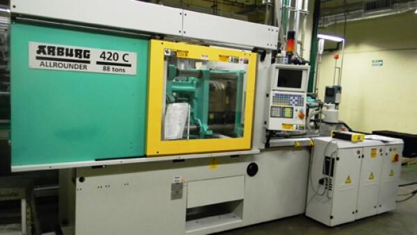 M�quina de moldeo de pl�stico por inyecci�n marca ARBURG modelo 420c 800-100 de 22.5 x22.5 pulgadas