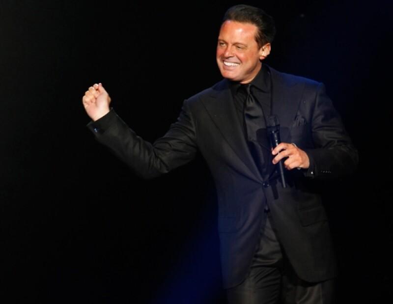 El cantante ofreció el primer show del nuevo recinto de espectáculos de la Capital de la República, ubicado en la delegación Azcapotzalco.