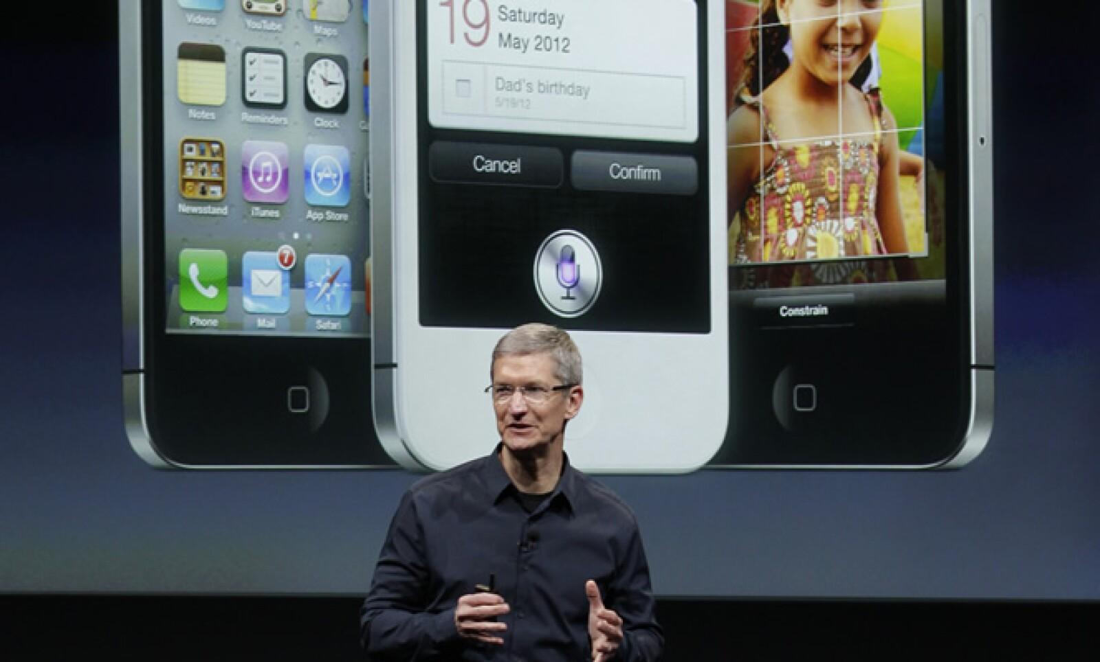 Tim Cook, actual CEO de Apple, fue el encargado de presentar el 4 de octubre de 2011 el iPhone 4S, después del fallecimiento de Steve Jobs.