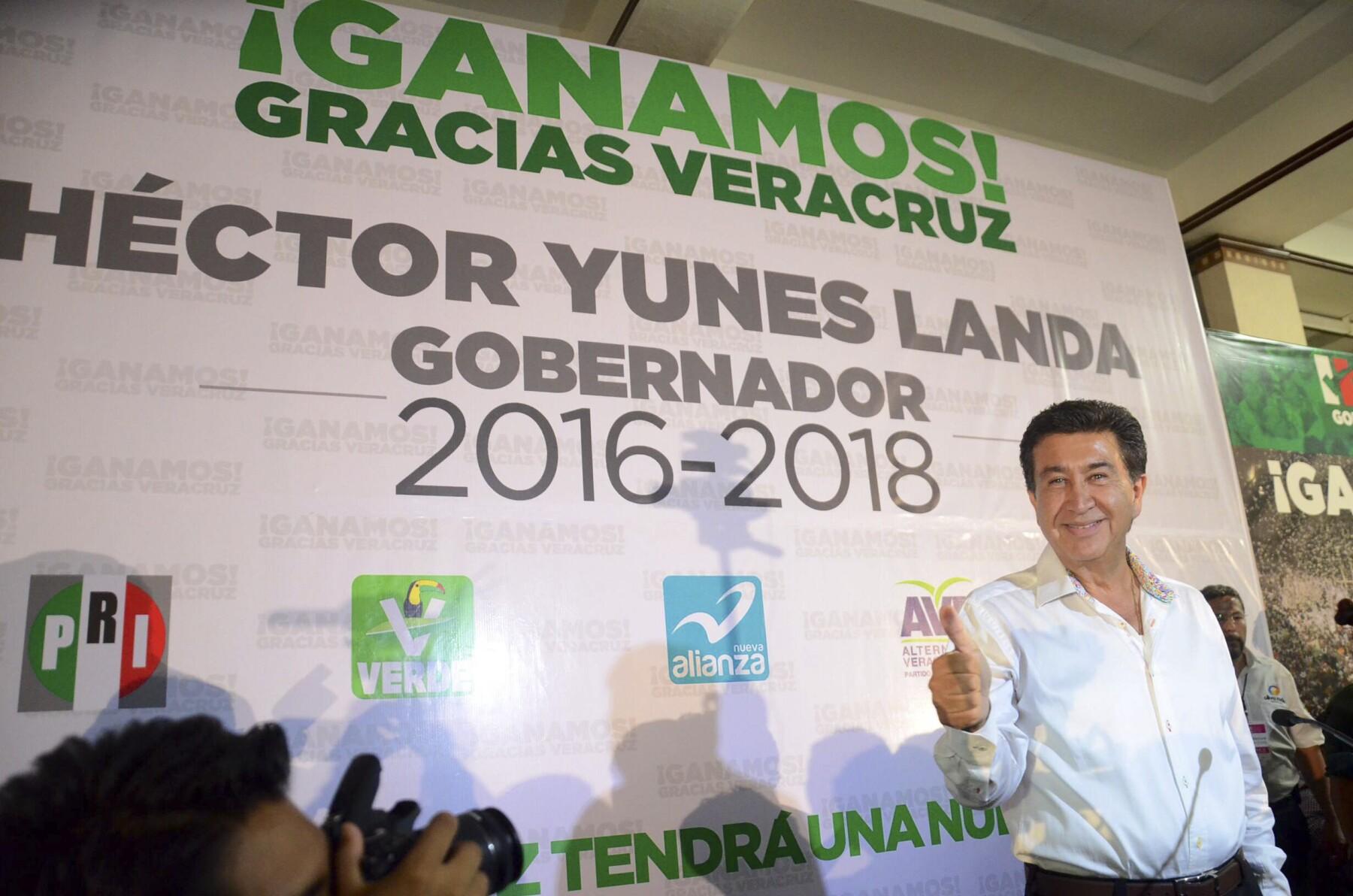 """El candidato de la coalición """"Para Mejorar Veracruz"""" se proclamó ganador de la elección, al mismo tiempo que su opositor Miguel Ángel Yunes hacía lo propio."""