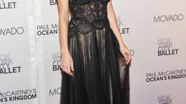 Liv luce impecable en un vestido de gala color negro y detallado.