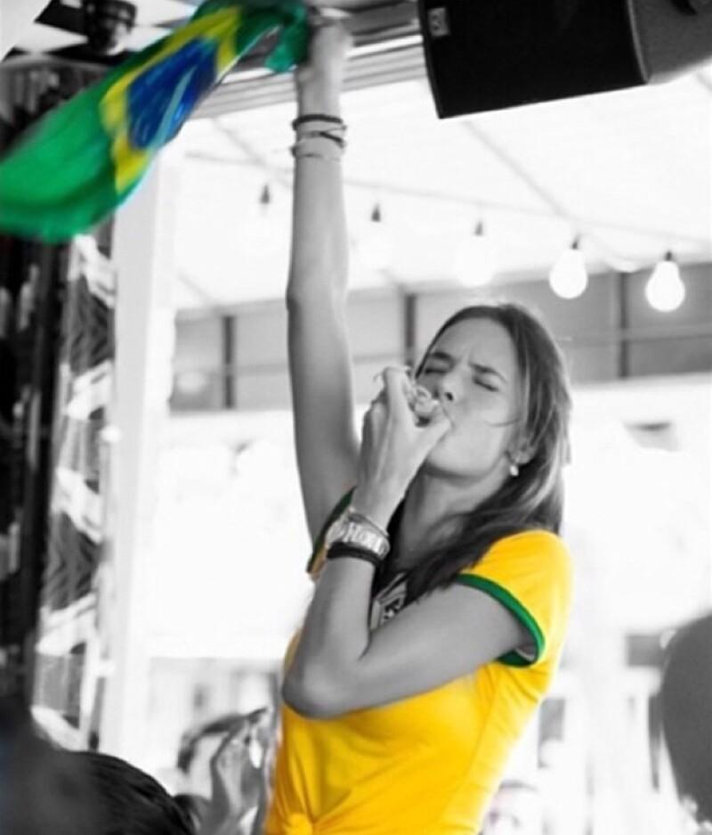 Hasta ahora es la guapa modelo que más ha mostrado su apoyo a la selección de Brasil.