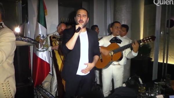 Para deleitar a los invitados a la fiesta de Quién en Nueva York, Jesús Navarro, de Reik, nos sorprendió subiéndose a cantar con el mariachi un clásico ranchero.