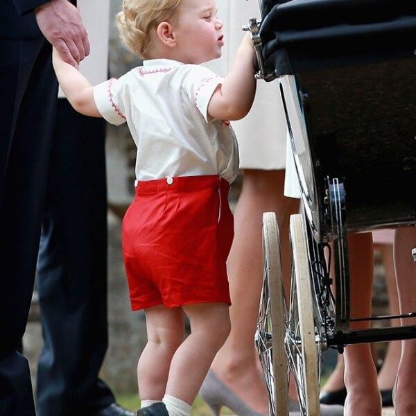 El príncipe George curioso de ver a su hermanita en la carreola.