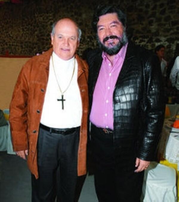 Hank Rhon cuando festejó sus 52 años aquí con el Obispo Onésimo Cepeda.