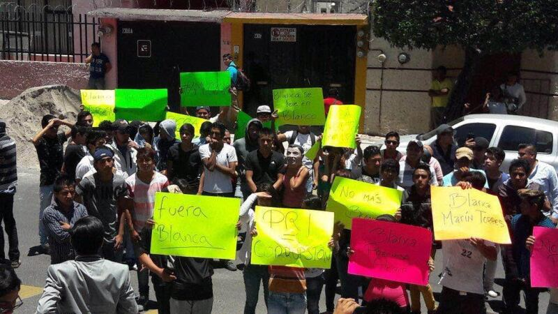 Jóvenes que se dijeron integrantes de Morena, protestaron durante la intervención de la priista, Blanca Alcalá.