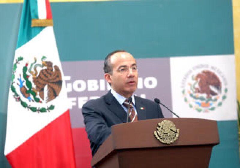 El presidente Felipe Calderón Hinojosa firmó el decreto de reforma constitucional que establece topes a los salarios de los servidores públicos. (Foto: NTX)
