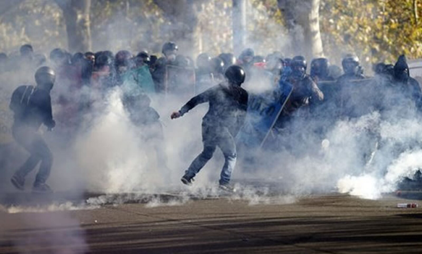 En Roma, los estudiantes, quienes se manifiestan contra los recortes en el sector de la educación, se enfrentaron a la policía.