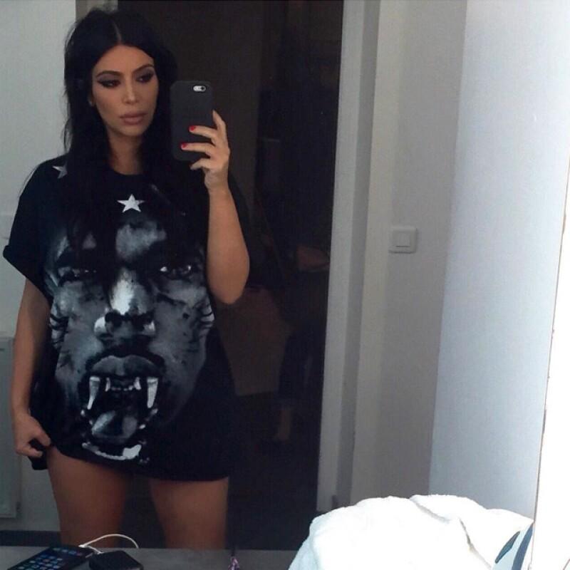Con una t-shirt que muestra la cara de Kanye, Kim subió una foto a instagram para alabar a su esposo.