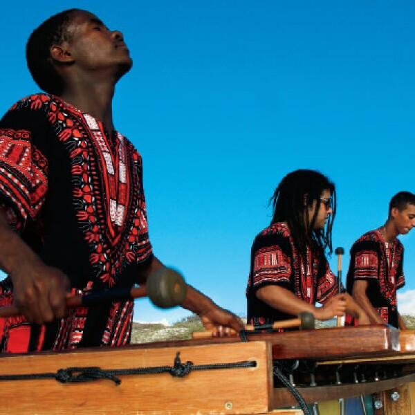 Es el instrumento por excelencia, parecido a la marimba, que resuena por las calles de Cape Town, se trata de una música enérgica y poderosa.