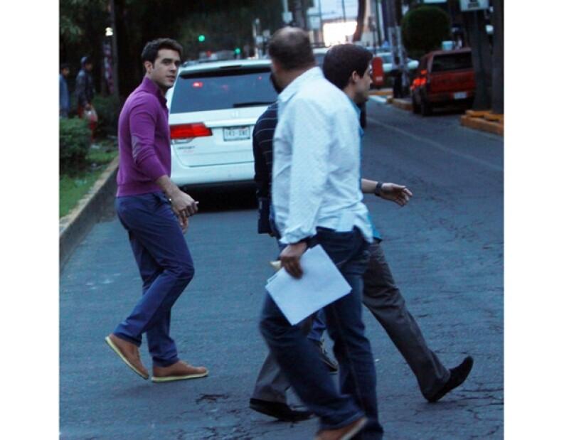Pablo cruzó la calle fijándose en los coches que transitaban.