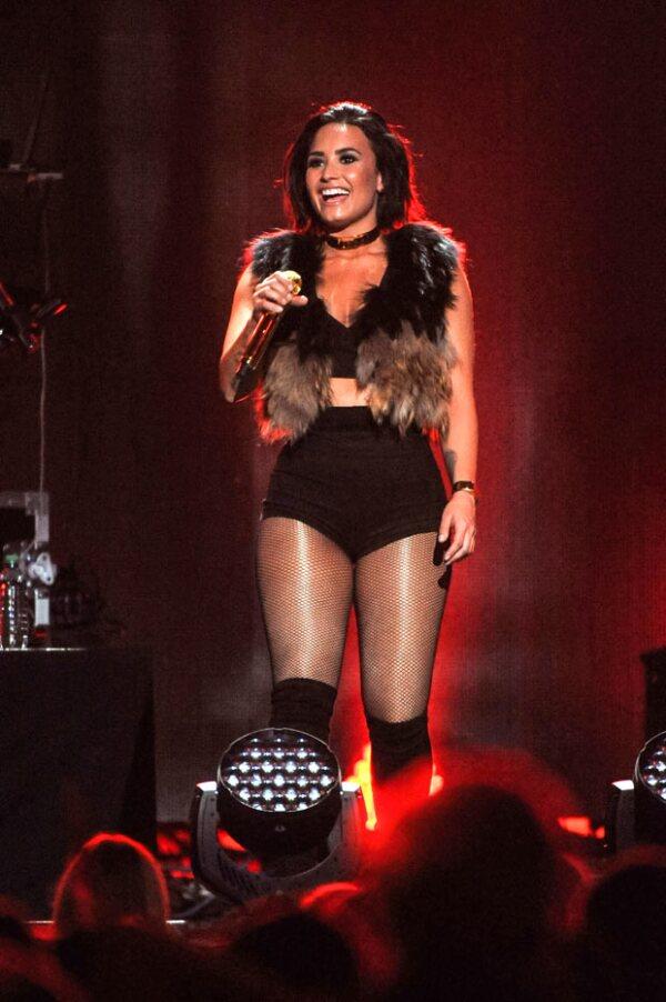 Demi estaba cantando Cool for the Summer cuando cayó en pleno escenario.