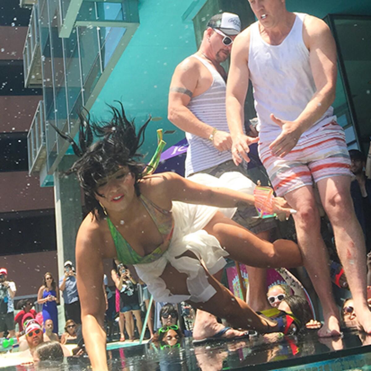 Bochornoso momento: Demi Lovato resbala en pool party ante sus fans