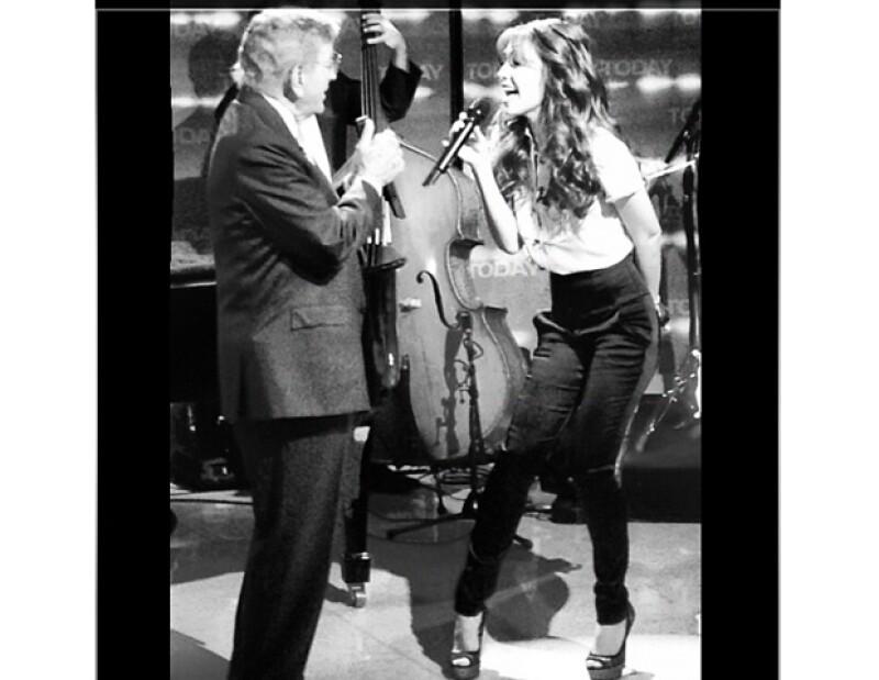 La mexicana se presentó en el programa `The Today Show´donde compartió escenario con el cantante; desde temprano compartió fotos vía Twitter.