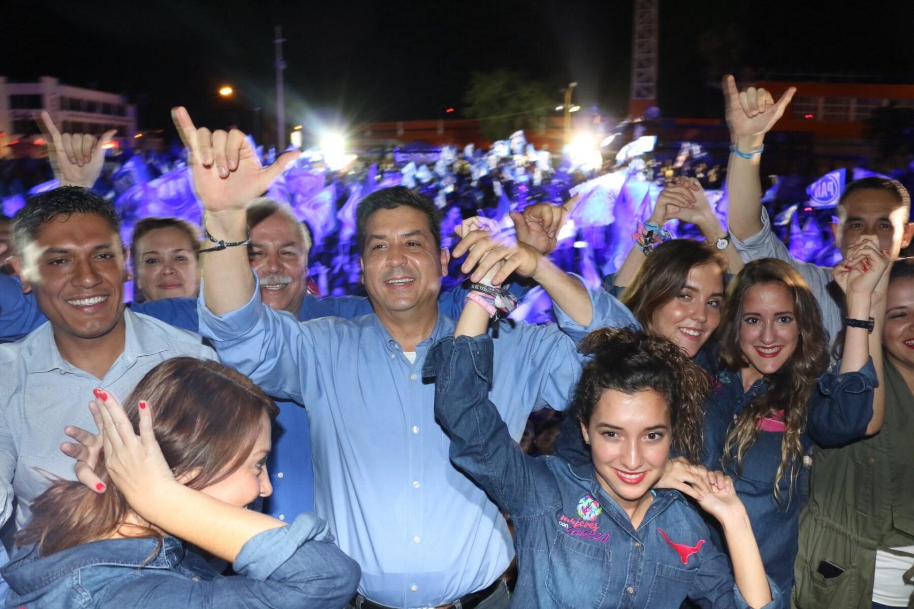 candidato del PAN a la gubernatura del estado acompañado de militantes del PAN.