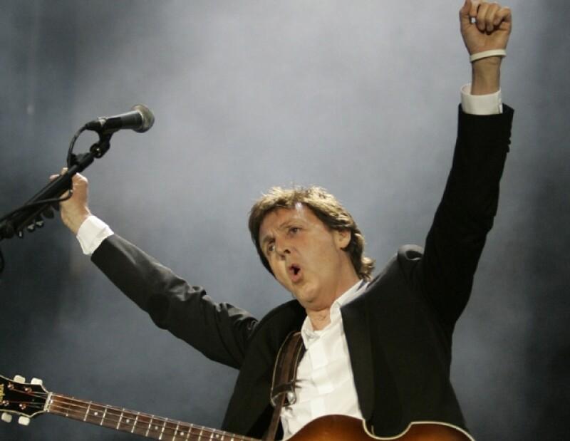 El cantante ofrecerá hoy un concierto en la Perla Tapatía; a su llegada al aeropuerto se mostró sencillo con varios fans que lo esperaron durante horas.