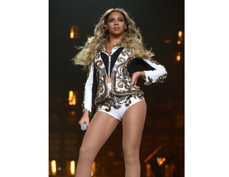 Uno de los atuendos que la cantante luce en su concierto no pudo pasar las fronteras de la Unión Europea debido a que no cumplía ciertos trámites.