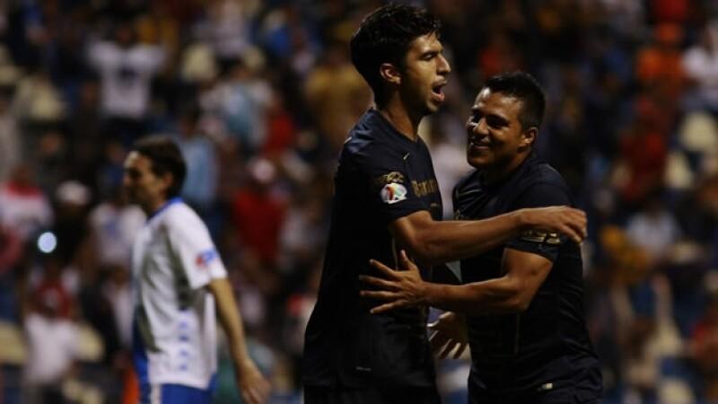 Eduardo Herrera (centro) de Pumas se convirtió en el héroe del partido al marcar en dos ocasiones ante Puebla