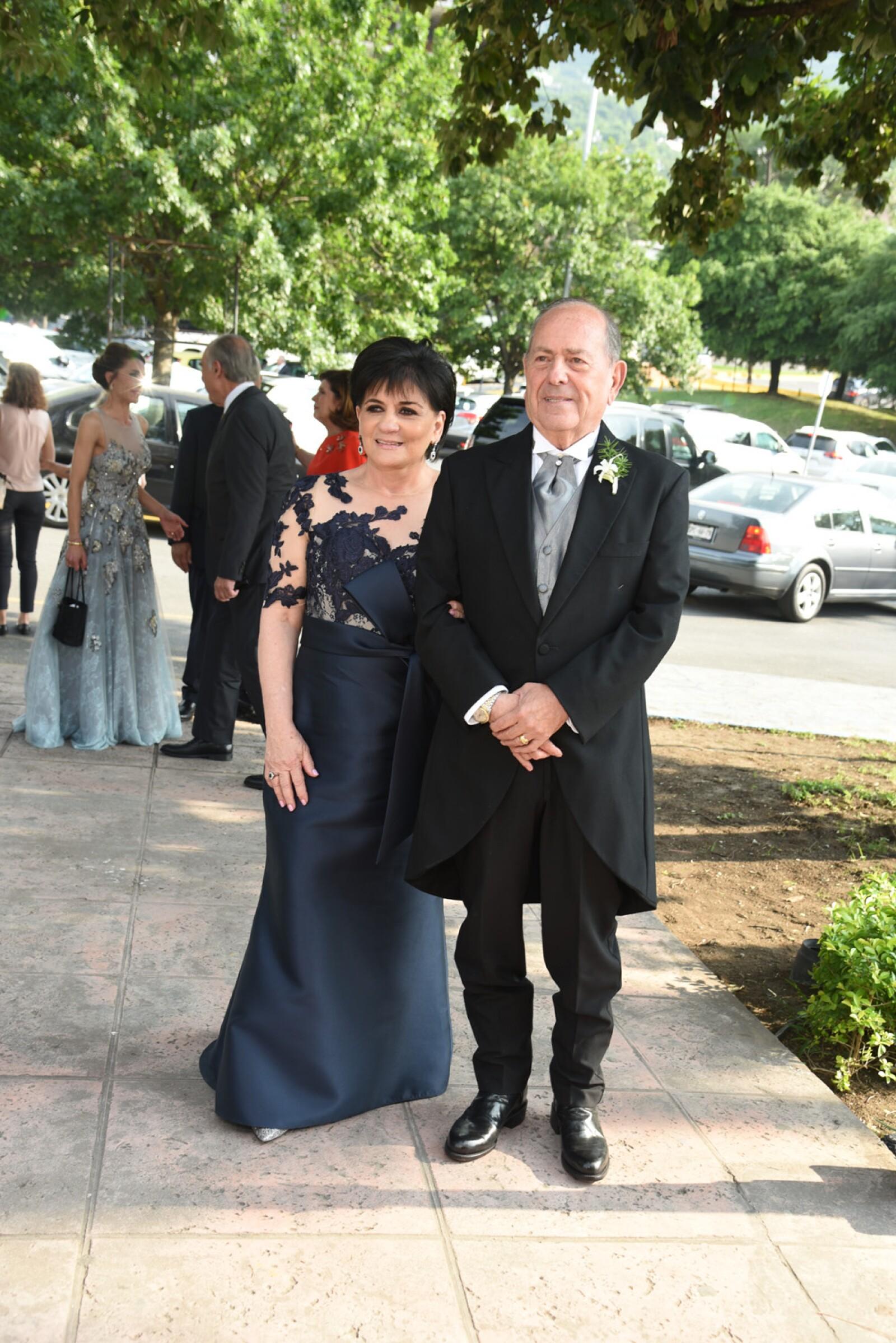 Sara Marcos de Escamilla y Javier Escamilla, pap†s del novio (1).jpg