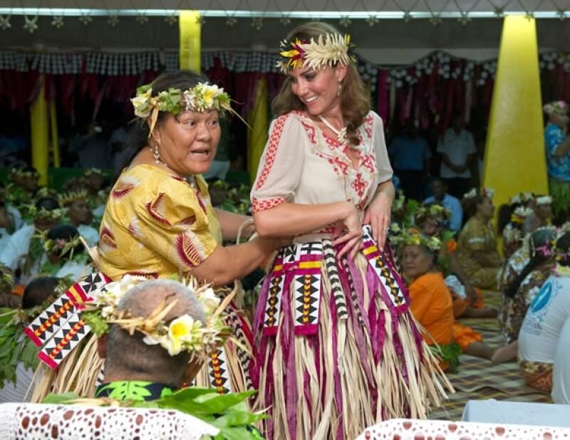 Todo parece indicar que la Duquesa está disfrutando su tiempo en las Islas Tuvalú ya que convivió con los locatarios quienes le enseñaron una danza típica.