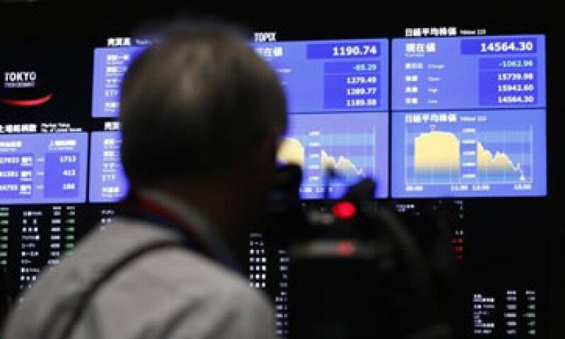 El Nikkei osciló desde ganancias de 3.6% a pérdidas de 3.5% durante la sesión. (Foto: Reuters)