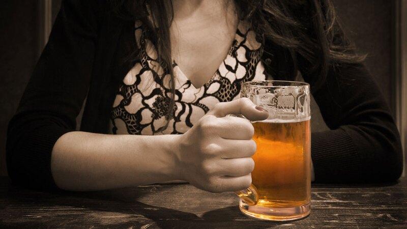 Resultado de imagen de mujer y cerveza