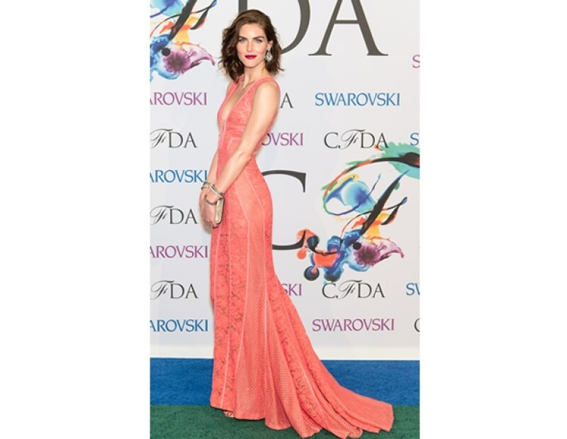 Hilary Rhoda eligió un diseño con bordado de J.Mendel color brillante.