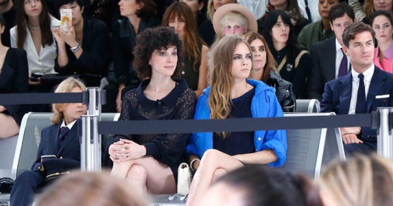Aunque se le vio muy enamorada junto a Annie Clark durante el desfile de Chanel, la ex modelo después fue captada de la mano de su mejor amiga.