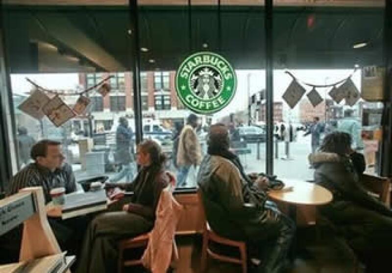 La cadena de cafeterías ha recortado costos y cerrando instalaciones cuyo desempeño se ha debilitado por la recesión. (Foto: AP)