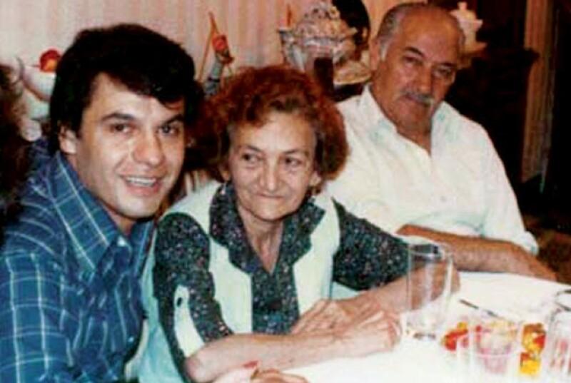 En 1972 cuando la suerte de Juan Gabriel comenzaba a cambiar, aquí; con su mamá; Doña Vitoria y su tío Gabriel.