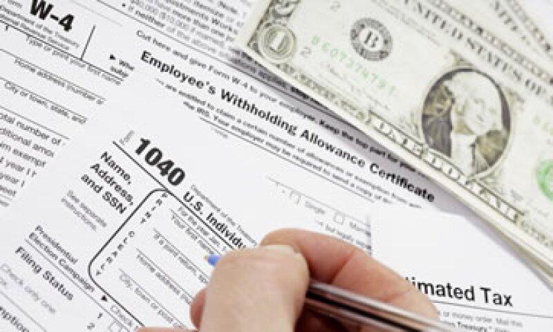 Los estadounidenses más acaudalados pagan pocos impuestos porque sus ingresos no provienen de salarios y pueden pagar contadores para sortear el código fiscal.  (Foto: Getty Images)