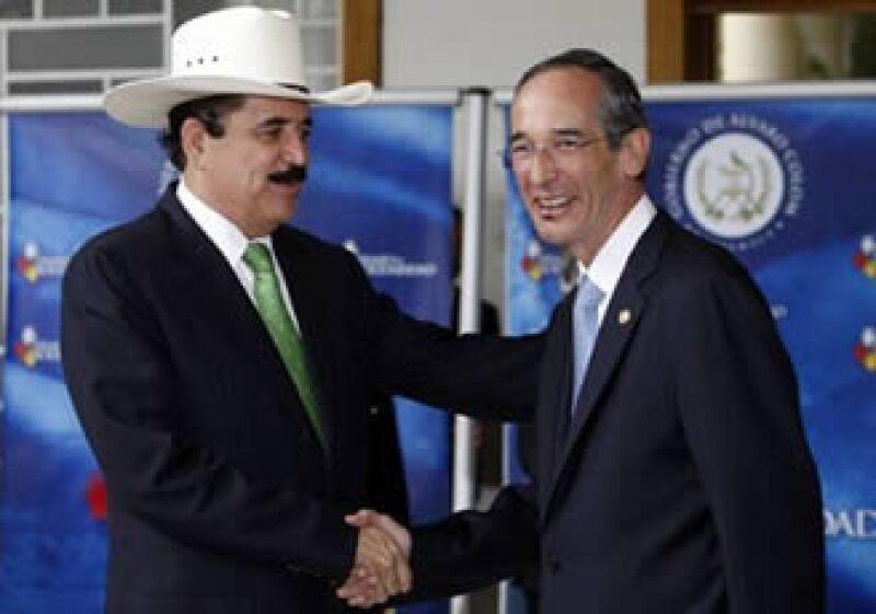 Manuel Zelaya (izq), depuesto mandatario hondureño se reunió con Álvaro Colom, presidente de Guatemala. (Foto: Reuters)