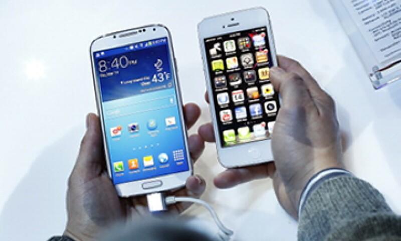 Los más jóvenes utilizan iPhone, mientras que los de menores ingresos adquieren teléfonos de la surcoreana. (Foto: Getty Images)