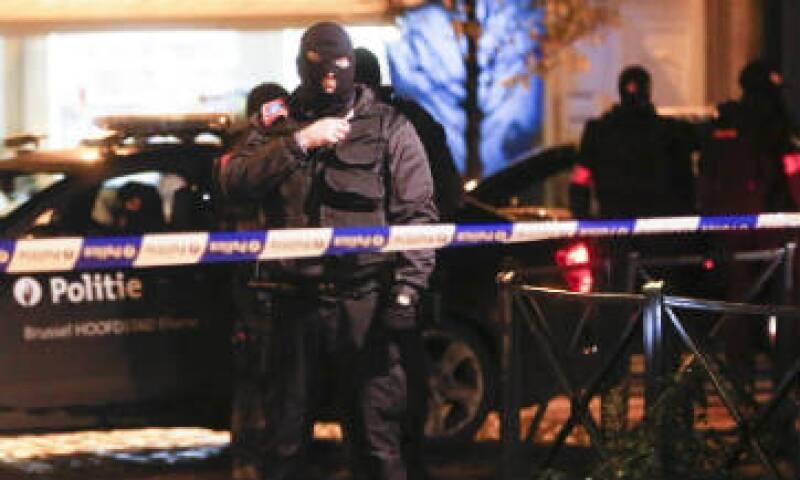 """Soldados y policías resguardan cada rincón de Bruselas por el temor de un """"inminente"""" ataque terrorista. (Foto: EFE)"""