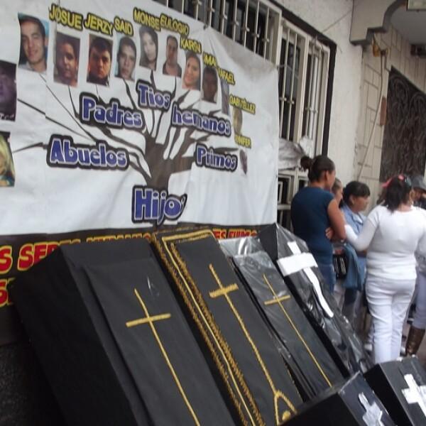 Madres y padres de las víctimas en el caso del bar Heaven cargaron la tarde de este lunes ataúdes negros hechos con cartón y los colocaron afuera del sitio que cambió su vida