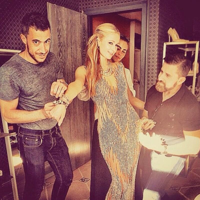 Paris Hilton presumió en su cuenta de Instagram el elegante vestido con el que acudió a la cena.