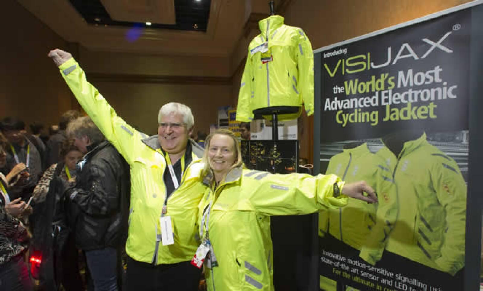 La chaqueta VISIJAX tiene 23 LEDs de alta intensidad que te hacen visible mientras pedaleas en la oscuridad. Su batería es desmontable si requieres lavarla tras una larga ruta.