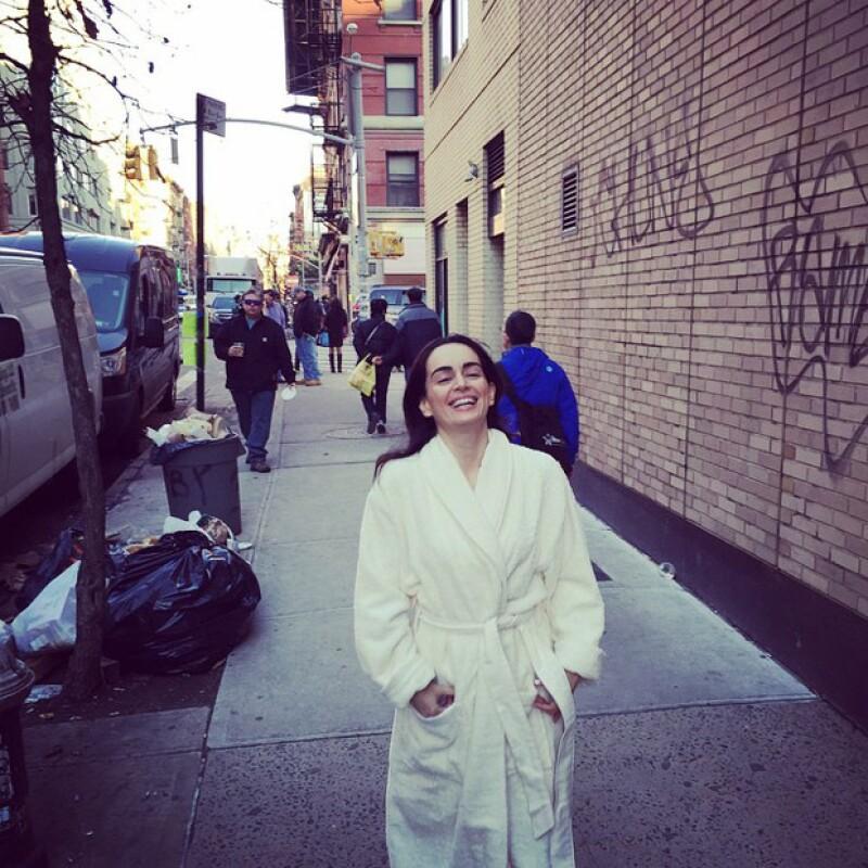 """Así se paseó la actriz de 37 años por las calles de Nueva York el día de ayer durante las grabaciones de la serie 'The Blacklist' sin importarle el """"qué dirán""""."""