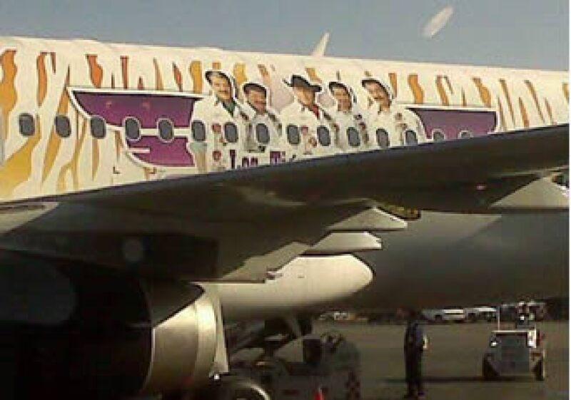 El avión de Volaris lleva la imagen de los Tigres del Norte. (Foto: Adolfo Ortega)