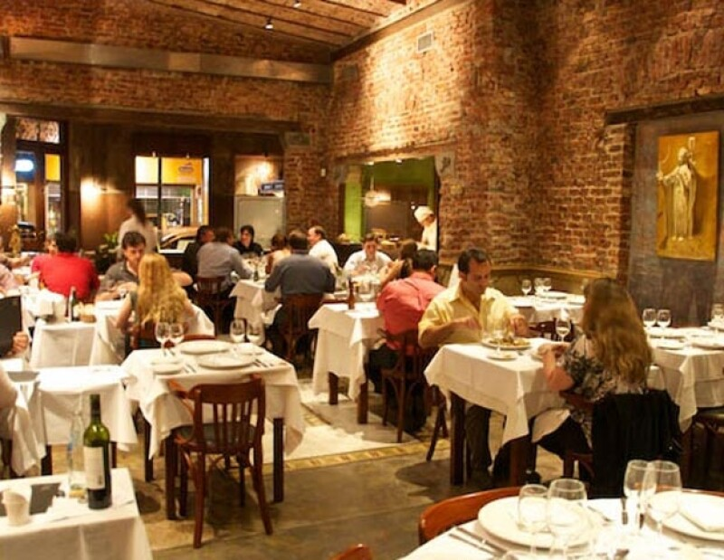 El cantante continúa en Argentina para ofrecer algunos conciertos en la ciudad de Córdoba, donde decidió acudir a un restaurante para deleitarse con platillos típicos.