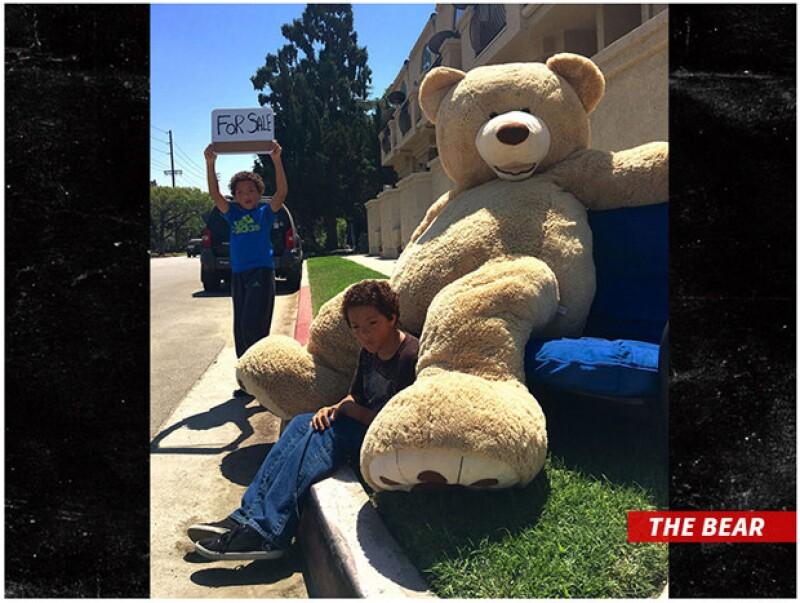 La actriz iba acompañada de su hija Shiloh cuando se encontró con los gemelos Allen y Brandon y les compró al doble lo que vendían: un gran oso de peluche.